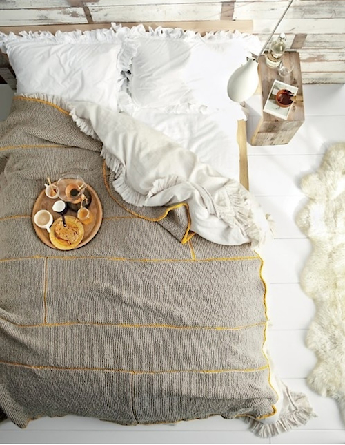 Do you like to have breakfast in bed? A perfect way to start the day at Designmom.com